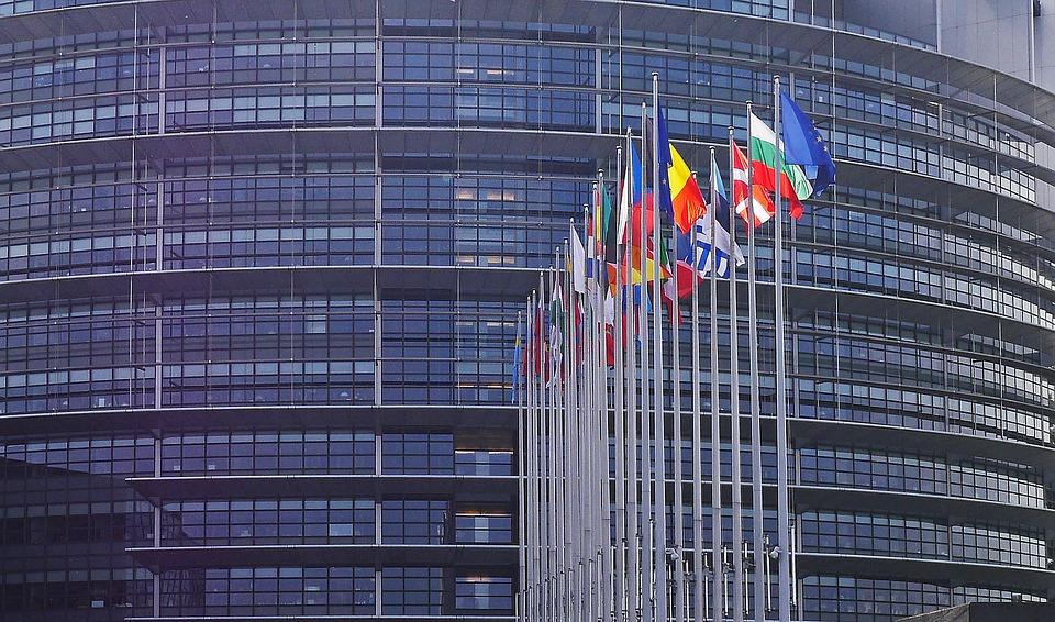 Noticias falsas: Bruselas pide más contundencia a las redes sociales
