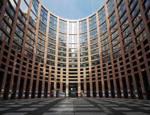 Bruselas reconoce el derecho de los autores a cobrar por sus obras en la red